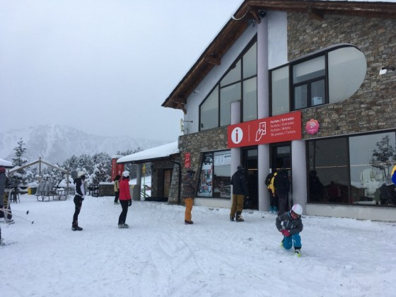 A bit of queue on the slopes of Pal Arinsal today respecting the social distancing protocol