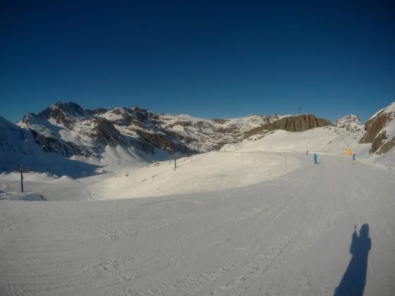 Skiing on the blue slope Els Terragalls in Arcalis