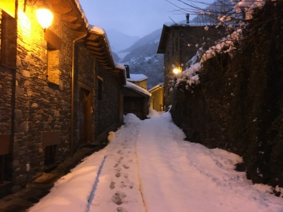 The town of Arinsal at night