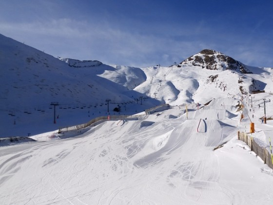 A sunny view of the Freestyle park in Arinsal