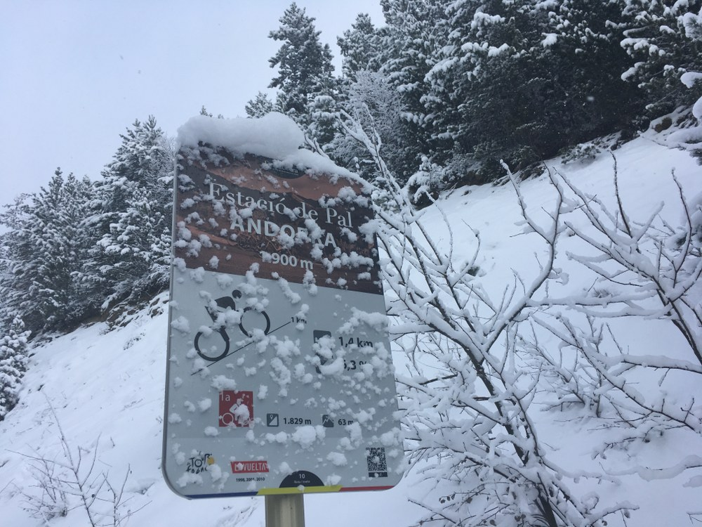 At 1.900m altitude a few cm of fresh snow has accumulated by the road