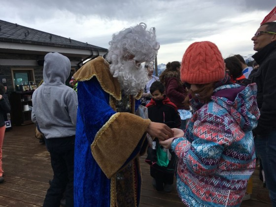 King Melchor giving some sweets to the little ones in The Terrace of Arinsal