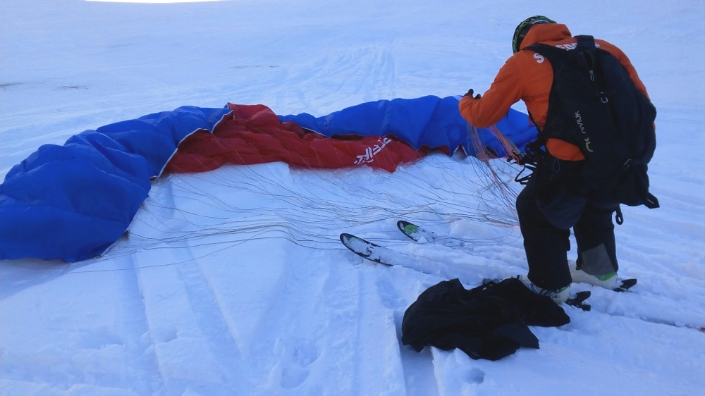 The instructor Terri getting ready the parachute to take us speed riding