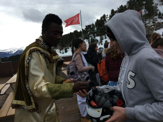 King Baltasar giving some sweets to the children in Arinsal