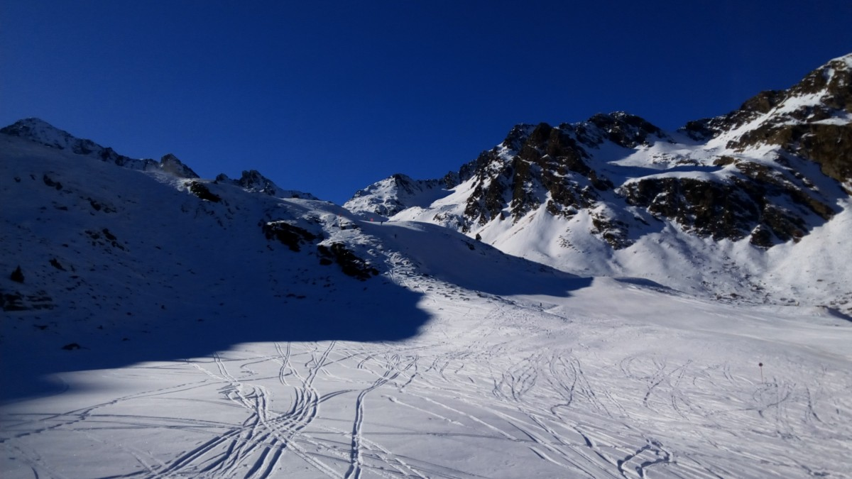 Some powder snow next to the Megaverde green slope in Arcalís