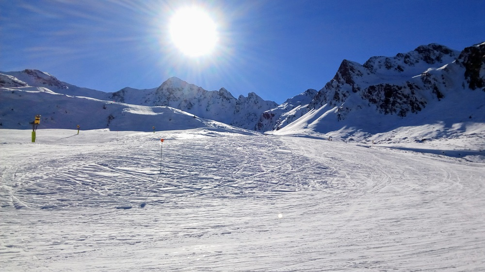 Beautiful sunny day on the slopes of Arcalis. Picture from La Coma