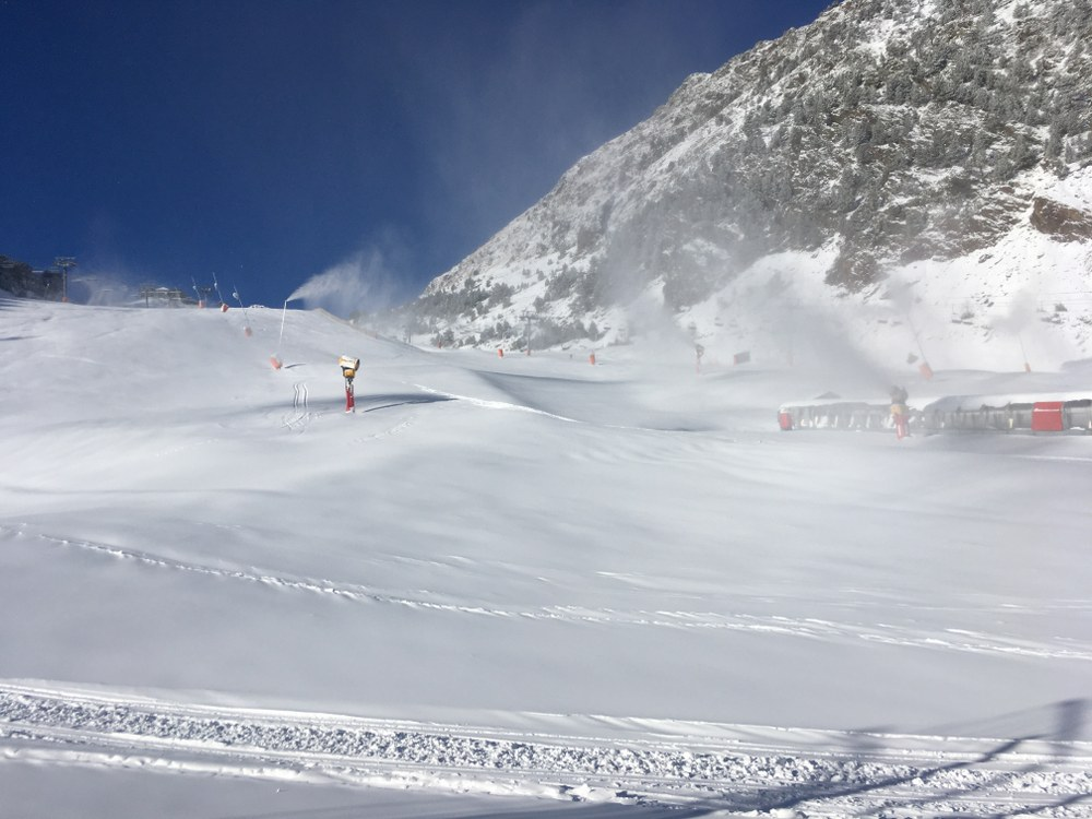 The snow cannons are working on the slopes of Arinsal