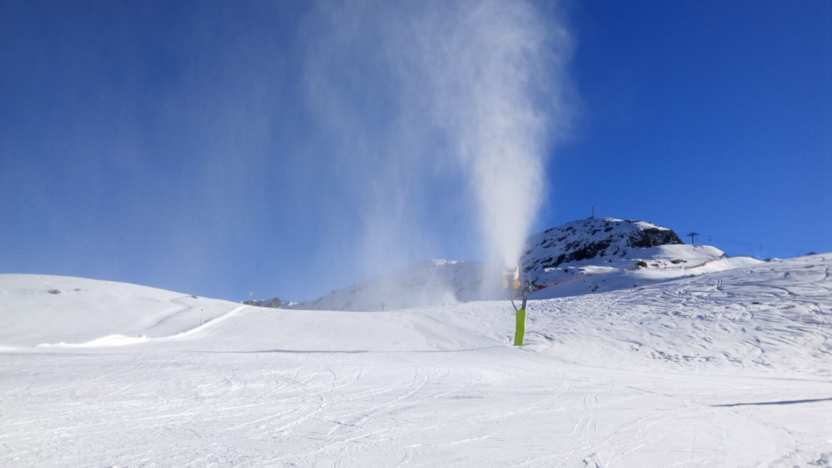 The snow cannons are working hard in Arcalís to ensure great snow conditions
