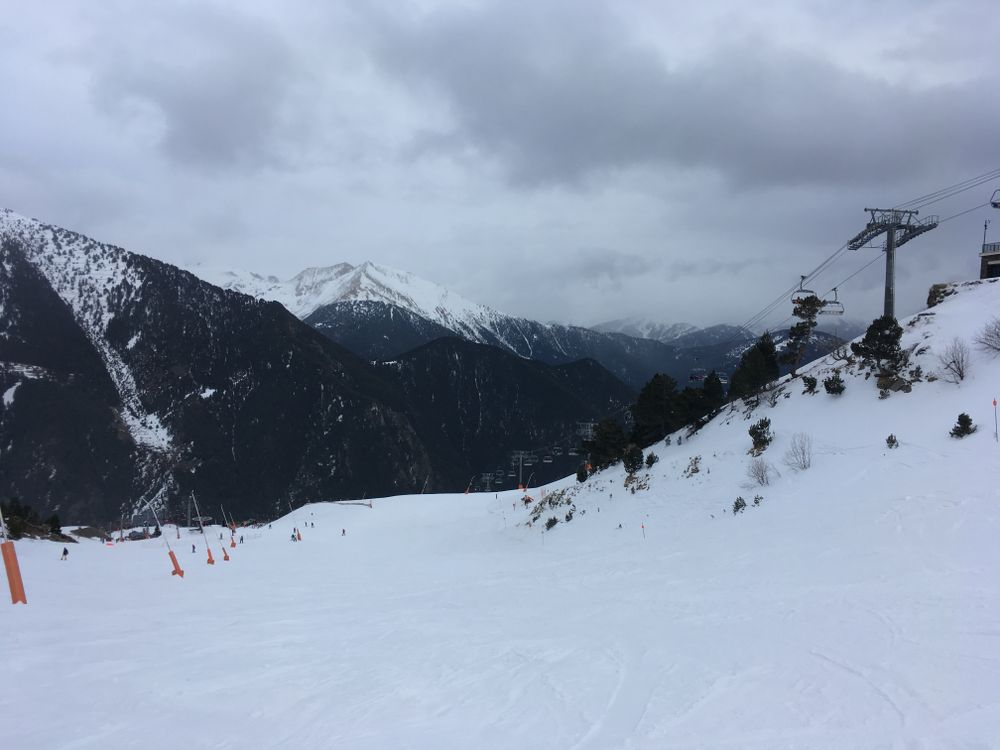 Cloudy skies while skiing down Les Fonts and temperatures dropping to -6